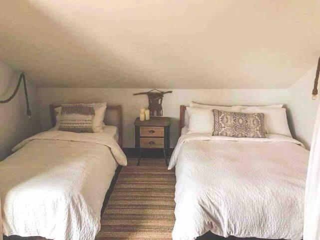 Chambre #3, lit double et lit simple, à l'étage