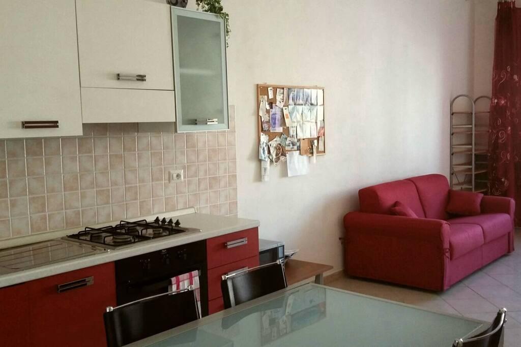 Cucina e soggiorno con divano letto matrimoniale chiuso