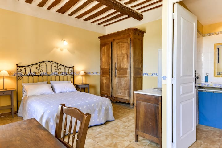 Guest room with view in Bastide from the 18th