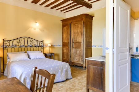 Guest room with view in Bastide from the 18th - Venasque - Bed & Breakfast