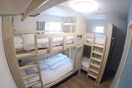 Inside of the room (4 persons room) 2段ベッドが2つ入ったお部屋です