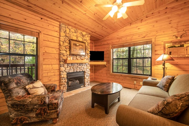 Romantic Cabin for Two - Jacuzzi Tub, Fireplace