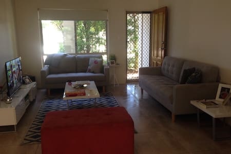 Modern town house with easy access - Wakerley - Casa