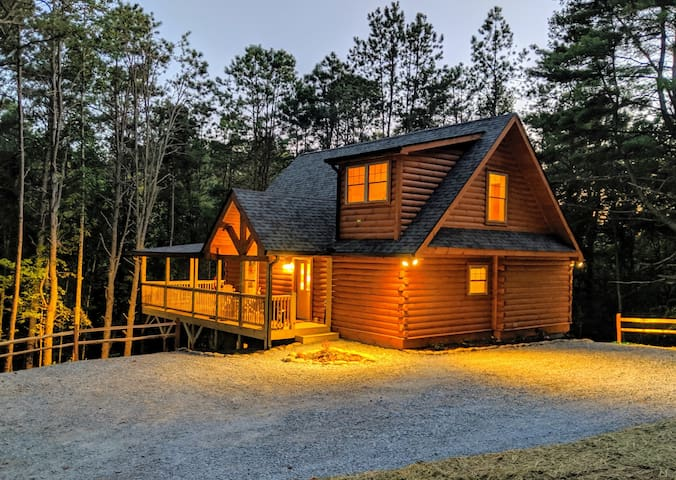 Leaf Me Alone Luxury Log Cabin - New & Secluded