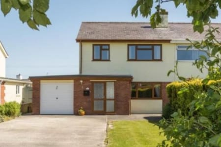 Cemaes Bay, 3 Bed House, large garden & hot tub.