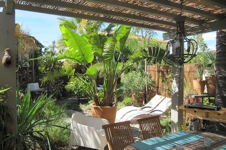 Bas de villa avec jardin 'La Maison des Sirènes' - Rumah
