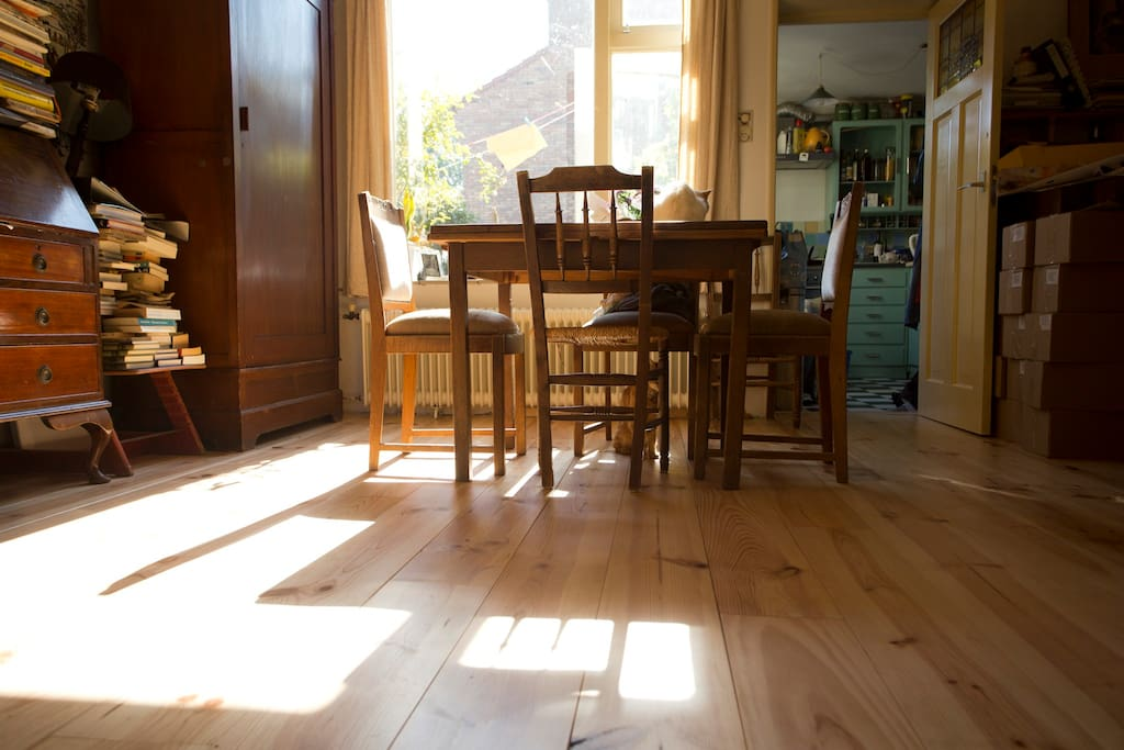 Sunny livingroom. Table and chairs. Curtains and central heating in all rooms.
