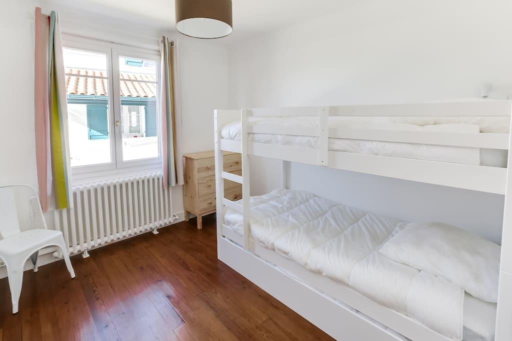 La chambre d'enfant avec 1 lit tirroir