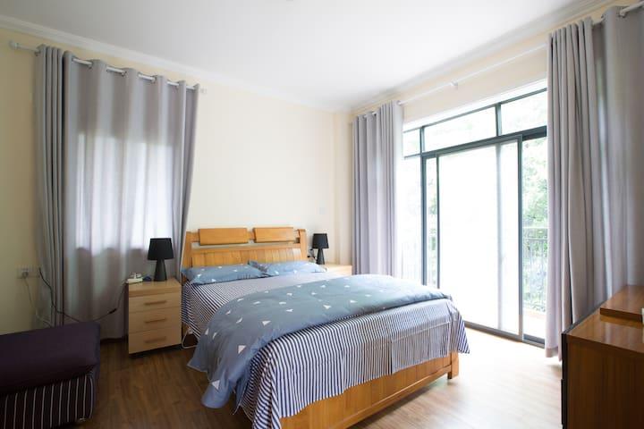 整个房子分为上下两层,每层各有一个卧室,一个卫生间以及一个阳台,这是二楼的卧室,采光效果很好。