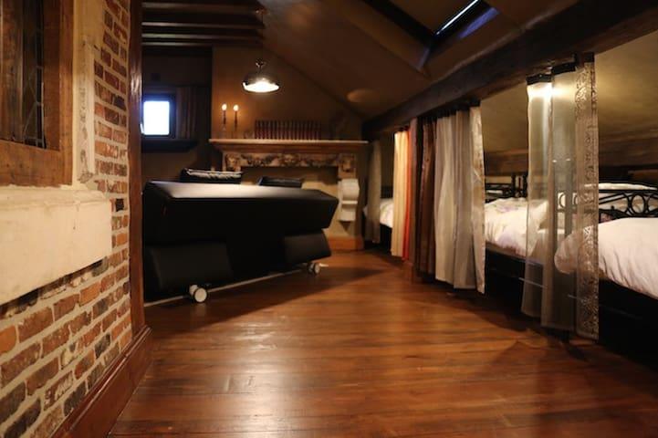 Slaapkamer met drie enkel bedden en zetelbed