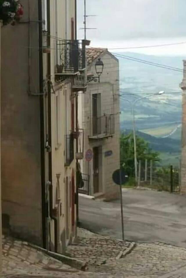 Sopra Via Nuova 52 , esq. Via calle Bifermo , en posizione privilegiata e solegiata si trova questa casa con splendita vista aperta del Mar Adriatico in la lontananza.