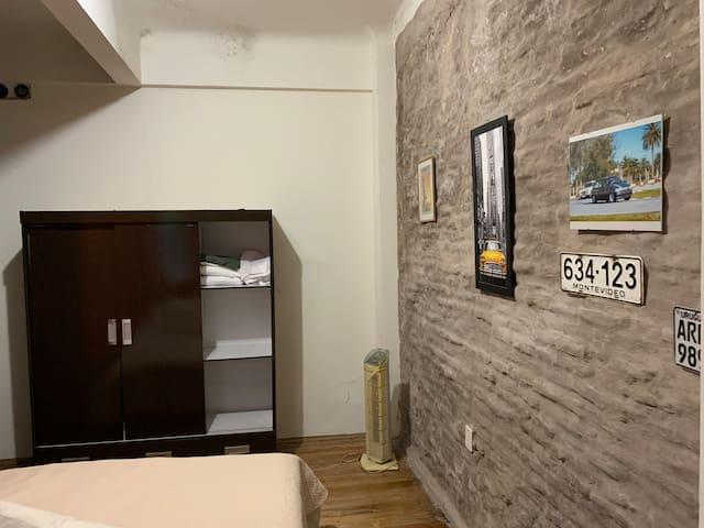 dormitorio con placard tres puertas, cuenta con otro placard empotrado en la pared en hall de distribución