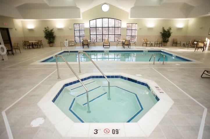 Free Breakfast. Pool & Hot Tub. Great King Suite!