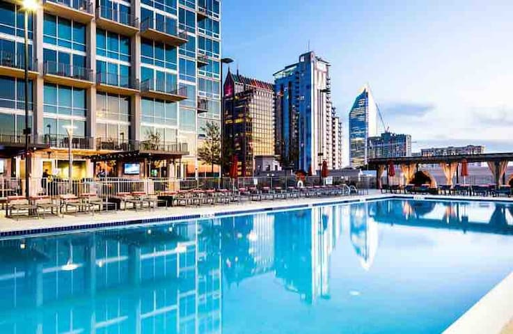 Uptown 1 bed condo in high rise, great amenities!