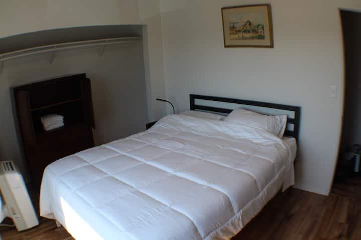 Deaf Friendly, AC, Remodeled Bedroom - No Hoarders