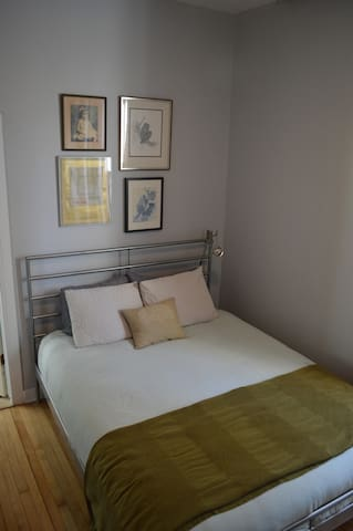 Cozy Logan Square Bedroom With Private Bath