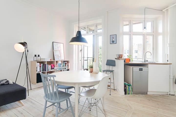 Cozy apartment with a sunny balcony - København - Apartment