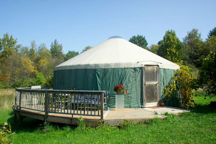 Cozy, Private Yurt on 27 acre Horse Farm w Hot Tub