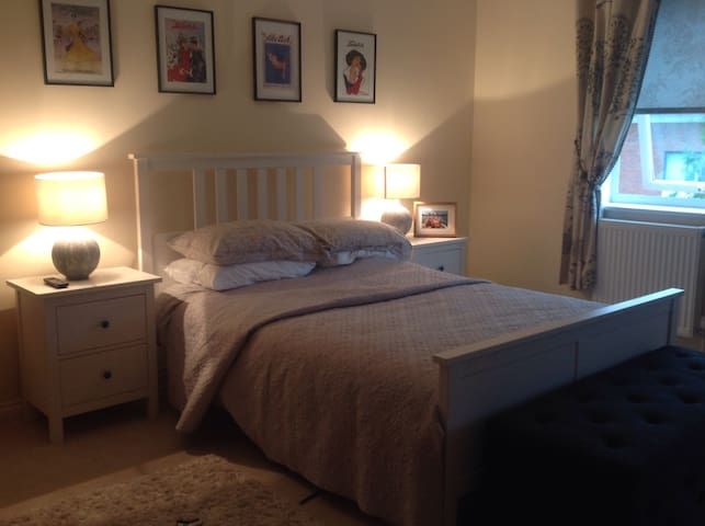 Beautiful En Suite Double Room - Weybridge - House