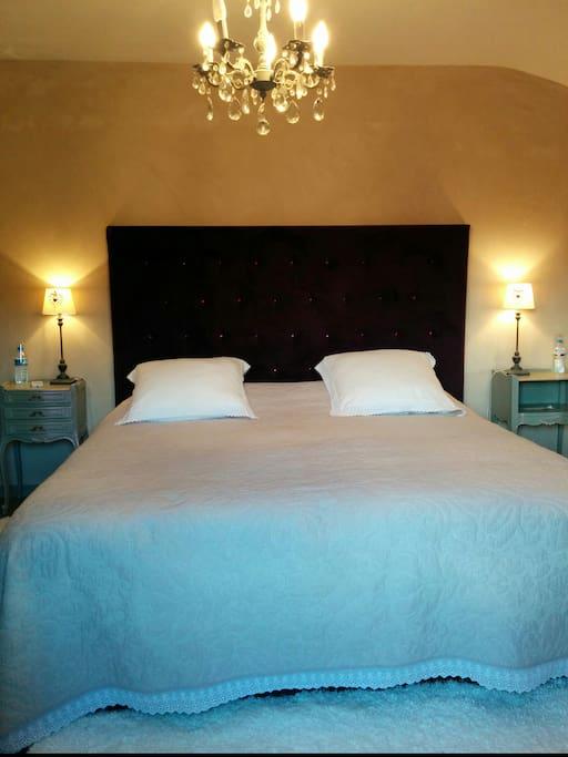 Chambre principale avec lit de 180, avec suite et salle de bains privative .