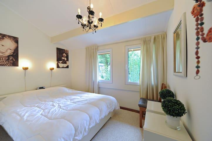 Lekkere slaapkamer met uitzicht op terras zijkant.