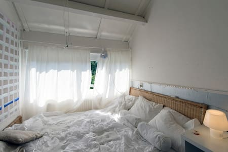 Kleine kamer met tweepersoons bed - Groningen - Bed & Breakfast