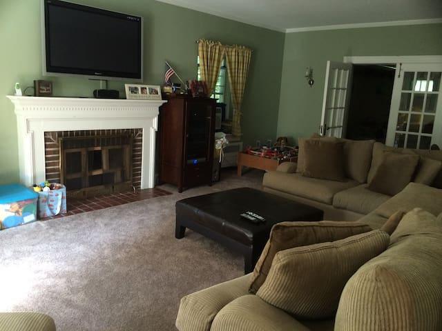 Large 4 Bd Home, Close to Trains - Elkins Park - House