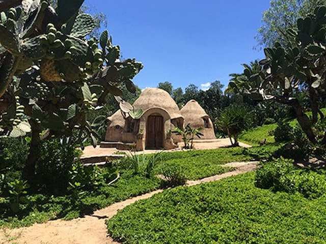 Superadobe house with garden. - San Pedro de los Pozos