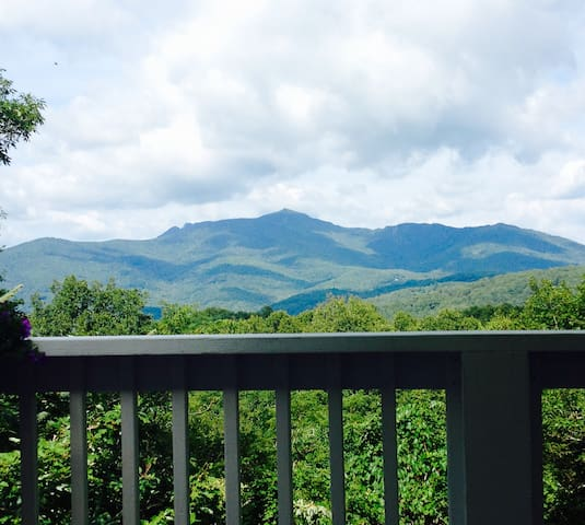 A lovely cottage with Grandfather Mountain Views