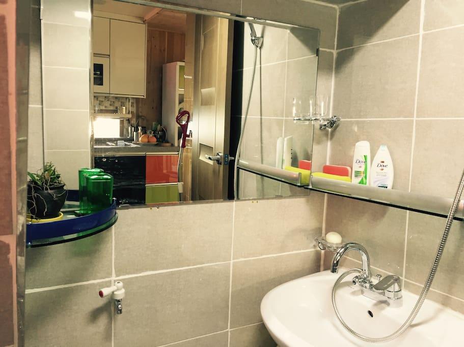 ห้องน้ำด้านล่าง :1층 ~화장실.