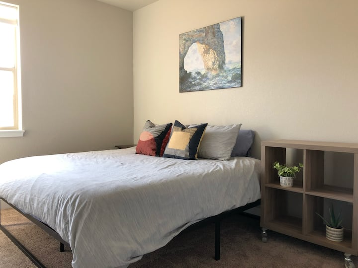 Cozy King Bedroom Stay - Mins from Denver
