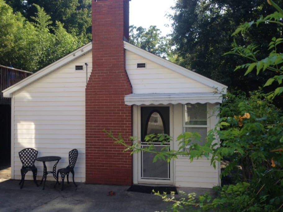 Private Cottage with own entry-next to pool and deck!