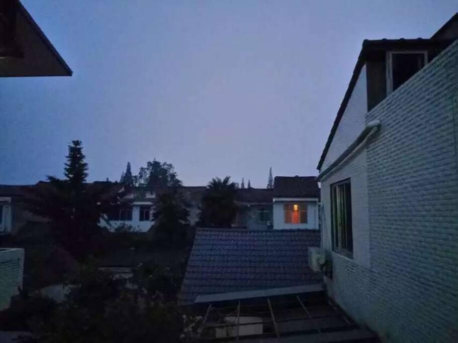 傍晚窗外的风景,安仁小镇的风情尽收眼底。