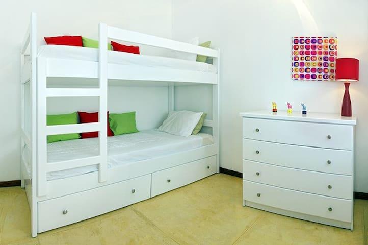 Kids bedroom with bunk beds / Chambre enfants avec lits bateaux