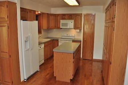 Spare Room w/ Private Bed and Bath - Omaha - Talo