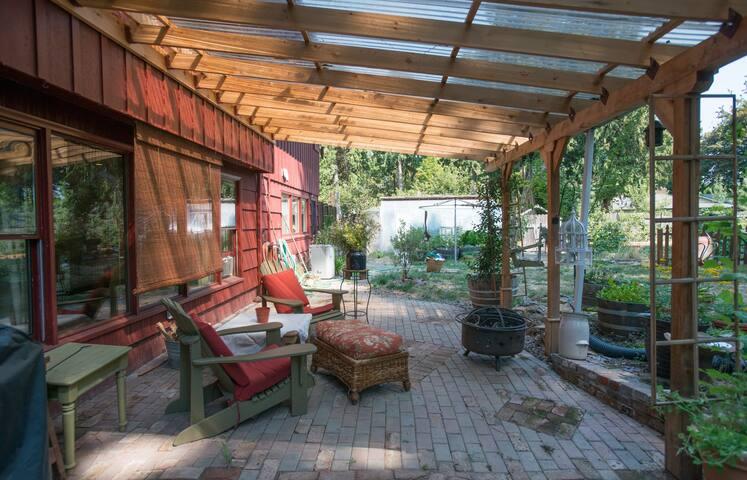 SE Portland UrbanFarm Studio,private kitchen,bath - Milwaukie - Dom