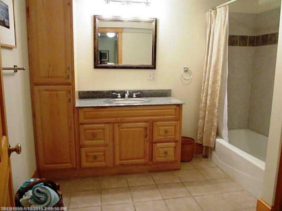 Large en suite bath with tub