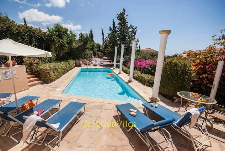 VILLA, COMPLETELY PRIVATE,LARGE POOL,SAUNA/JACUZZI