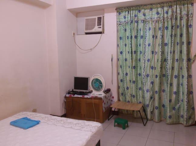 房東最近拍的照片。衣廚已移到照片的另一邊。有第四台和冷氣 ,落地窗(可鎖),窗外面有陽台和洗澡間
