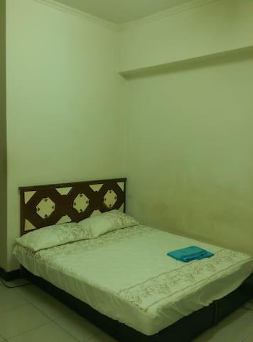 房東最近拍的照片。房間的雙人床。每次房客入住,房東都會換上洗過的床單,故每次床單花色不一次一樣,依當時情況而定。