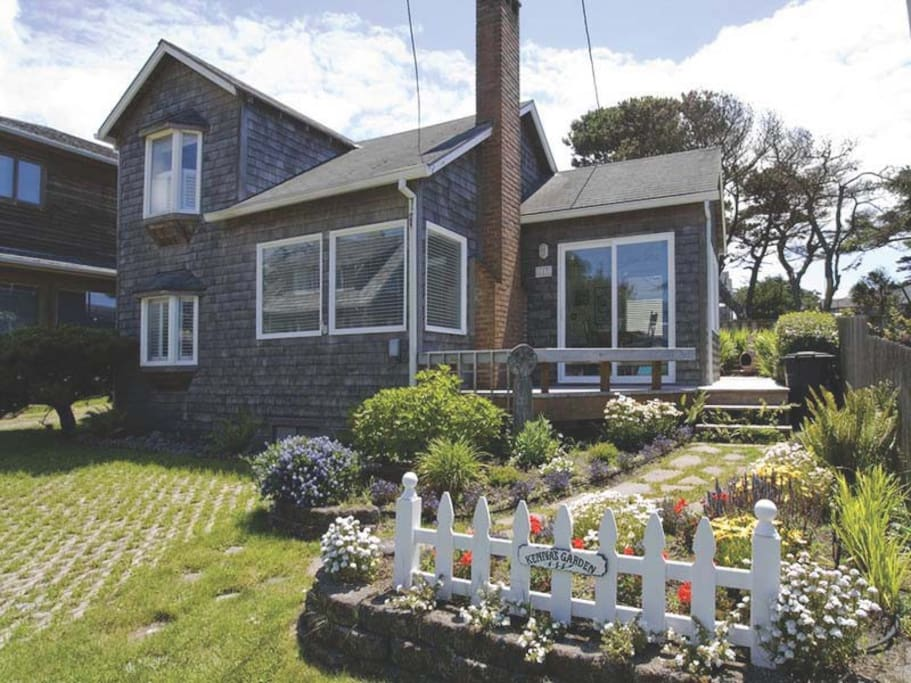 Historic cannon beach home 50 steps from the sand for Beach house rentals cannon beach