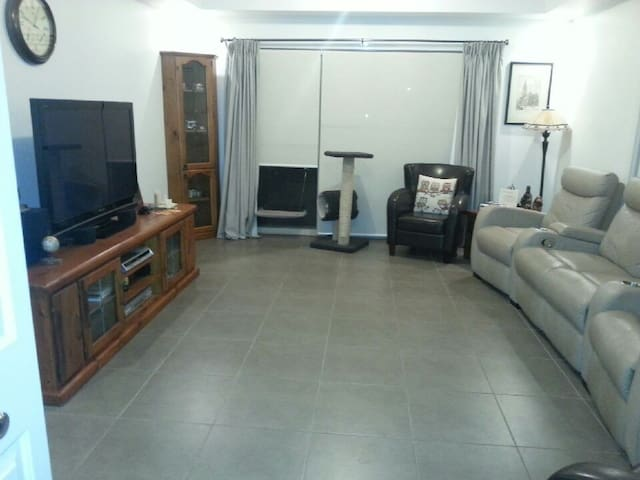 1 furnished queen bedroom. - Epping