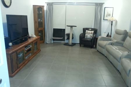 1 furnished queen bedroom. - Epping - Haus