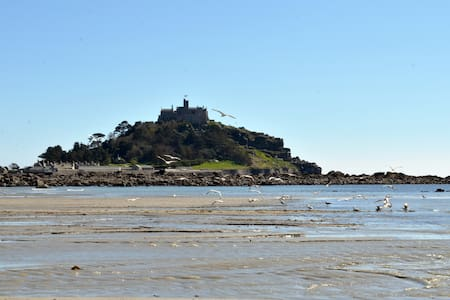 Lovely room with views of the Mount - Marazion