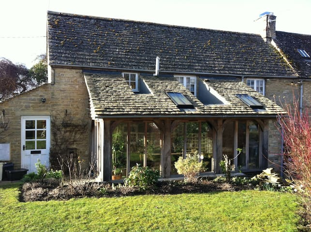 Cotswold cottage at the heart of village - Langford - Hus