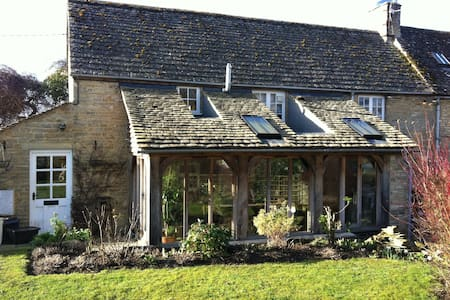 Cotswold cottage at the heart of village - Langford
