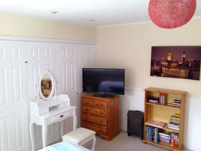 Light,clean and bright, with superb double bed - Addlestone - House