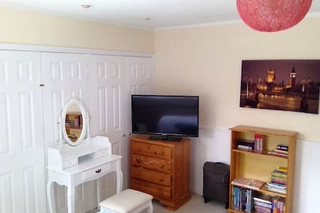Light,clean and bright, with superb double bed - Addlestone - Huis