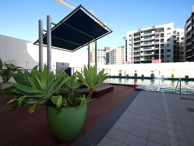 Free WIFI, Gym,Pool and city catBus - East Perth - Apartment