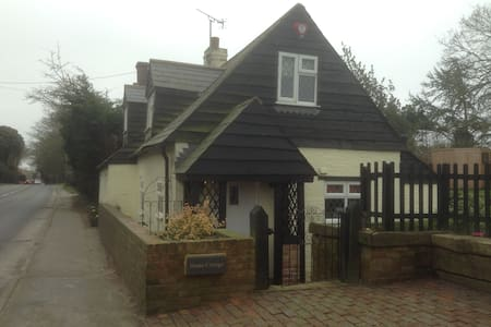 2-bed Character Cottage with Garden - Herstmonceux, Hailsham - Dom